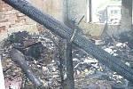 Spáleniště, které zůstalo po požáru rodinného domu v Nedělištích.