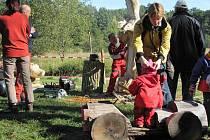 Lidé se baví u Mazurovy chalupy v hradeckých lesích.