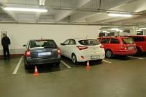 Místo nehody na parkovišti v Hradci Králové.