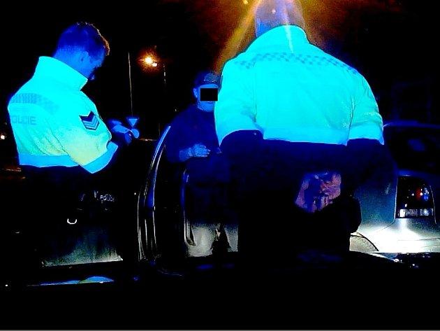 Strážníci městské policie sřidičem automobilu pod vlivem alkoholu.