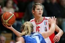 Milena Steffanová (s míčem)