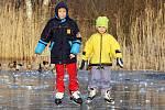Bruslení na zamrzlé hladině vodní plochy.