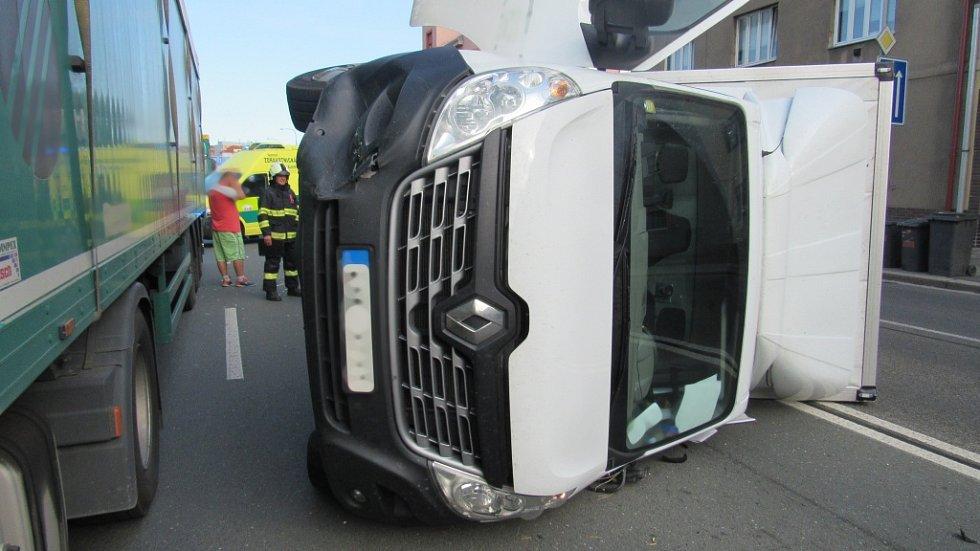 Dopravní nehoda osobního vozidla a dvou nákladních automobilů v hradecké ulici Bohuslava Martinů.
