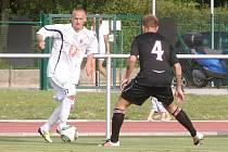 Bosenský fotbalista Asim Zec ve službách hradeckého klubu (v akci během utkání juniorské ligy proti Slavii Praha).