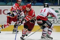 Hradecký kapitán Jaroslav Roubík (v červeném dresu) se proti Chrudimi tentokrát neprosadil. Jeho tým přesto slavil výhru v prodloužení.