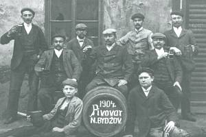Zaměstnanci pravovárečného pivovaru v Novém Bydžově. Archivní fotografie pochází z roku 1904.