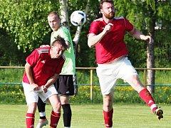 Hlavičkový souboj dvou hráčů béčka Lokomotivy Hradec Králové (v červeném) s protivníkem z Lovčic.