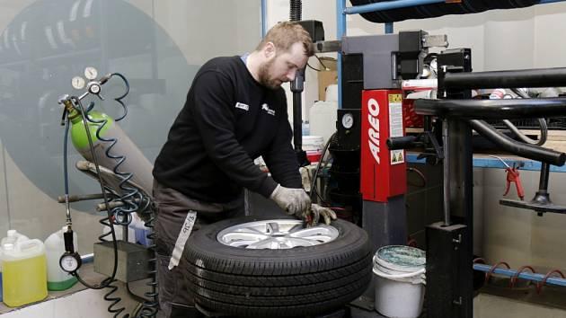 Přezouvání pneumatik v servisu. Ilustrační fotografie.