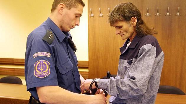 V soudní síni se Ladislav Čajan neocitl poprvé. V minulosti již byl několikrát za mřížemi. Teď se v Hradci Králové zpovídá ze znásilnění.