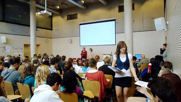 Studenti hradecké střední školy Sion High School na mezinárodní odborné konferenci Okamžiky proměny.