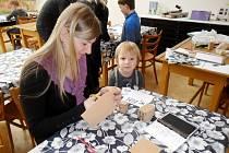 Tvůrčí dílna hradecké Galerie moderního umění pro rodiče s dětmi v Dětském ateliéru Muzea východních Čech.