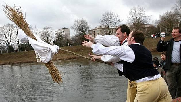 S prvním jarním dnem utopili Smrtholku, symbol zimy, členové folklorních souborů Červánek a Dupák
