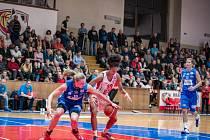 Ženská basketbalová liga: Sokol ZVÚ Strojírny Hradec Králové - BK Lokomotiva Trutnov.