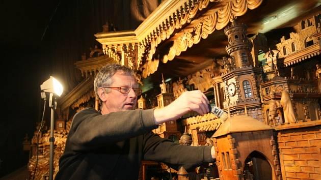 Restaurátor Kamil Andres si dává na čištění světoznámého třebechovického betléma záležet