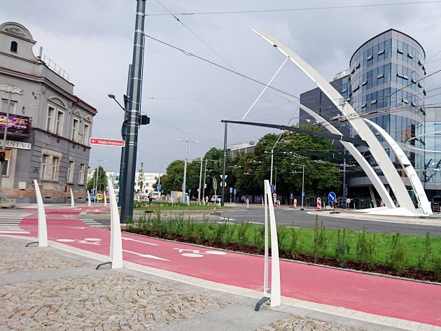 Trny Koruny vblízkosti cyklostezky na zrekonstruované hradecké křižovatce.
