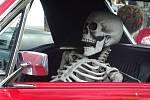 Zvláštní řidič v americkém autě na srazu aut na Stříbrňáku.