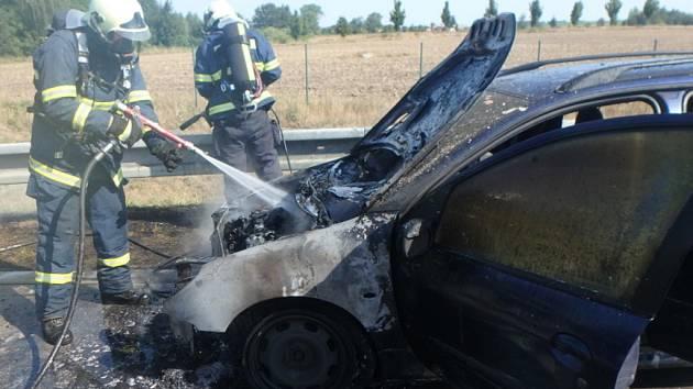 Požár osobního automobilu na dálnici D11.