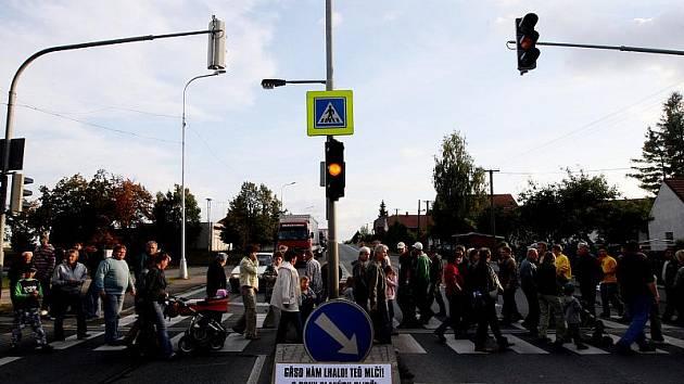 Čtyři desítky lidí zablokovaly jeden z přechodů přes hlavní silnici v Novém Městě.