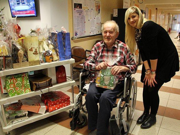Eva Kohoutková shání dárky pro osamělé důchodce z Domova U Biřičky již druhým rokem.