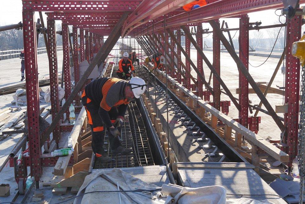 Na budovaném úseku dálnice D35 mezi Opatovicemi a Časy dokončujeme násypy stavby a provádíme konstrukční vrstvy vozovek. U mostů betonujeme nosné konstrukce, pracujeme na spodních stavbách a mostním příslušenství, informuje ŘSD