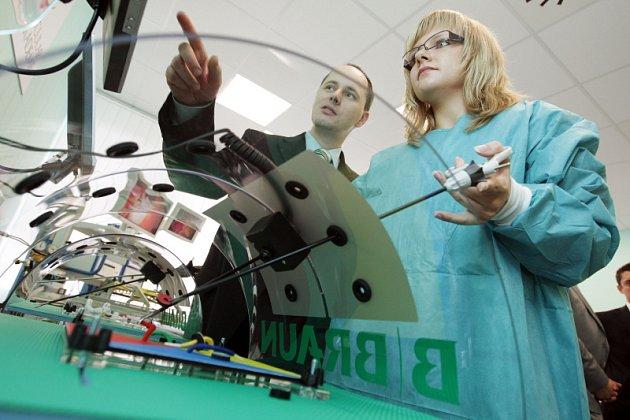 Jak na to? S laparoskopem se v novém výukovém středisku pro zdravotníky poprali i novináři