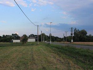 Radost ze spojky nebudou mít asi ani obyvatelé domu, který stojí hned vedle plánované trasy. Dál za domem je písník Borovinka.