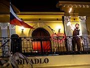 Klicperovo divadlo a skupina Mastix při výročí 17. listopadu.