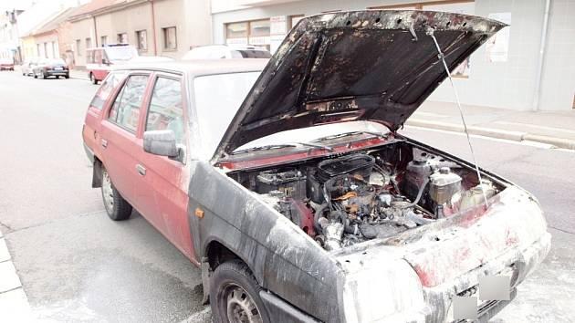 Požár osobního vozidla Škoda Forman v Habrmanově ulici v Hradci Králové.
