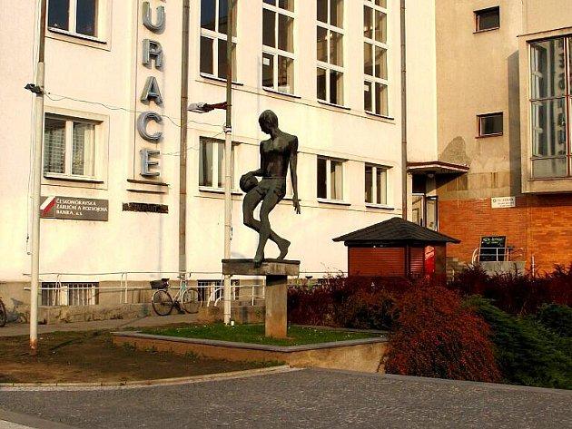 Socha Kouzelník s míčem na nábřeží před budovou hradecké TJ Sokol.