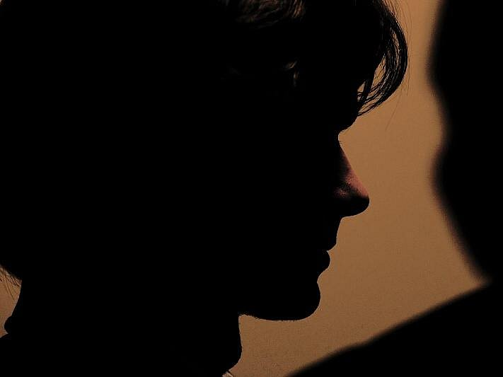 Krajský soud v Hradci Králové 16. října uložil mladíkovi, který plánoval bombový útok na školu v Novém Bydžově, podmíněný trest 14 měsíců se zkušební dobou dva roky. Mladík unikl až pětiletému trestu odnětí svobody.