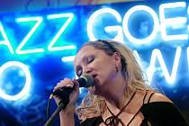 Jazz jde městem, Bára Basiková