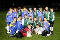 Vítězný tým RMSK Cidlina Nový Bydžov U12 po úspěšném tažení na umělém trávníku v Trutnově na společném snímku.