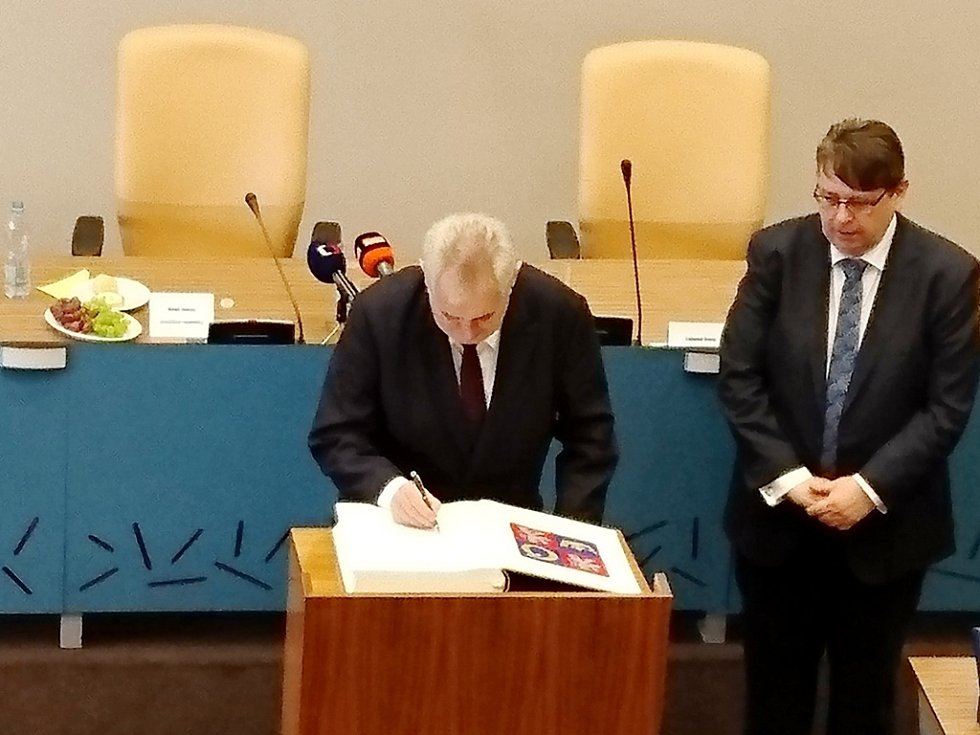 Prezident Miloš Zeman podepisuje pamětní knihu Královéhradeckého kraje.