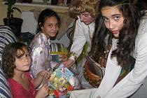 Dvojitou porci sladkostí a drobných dárků si užily děti s nachanického domova. Mikuláš přišel se dvěma anděli.