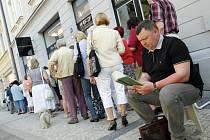Lidé ve frontě netrpělivě vyčkávali zahájení předprodeje vstupenek na 18. ročník festivalu Divadlo evropských regionů.