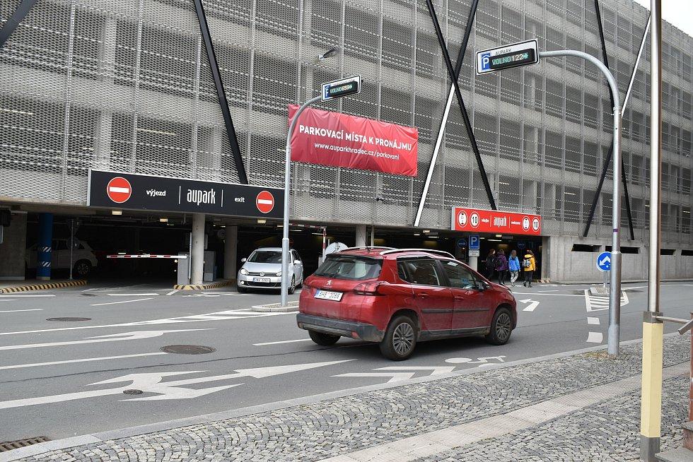 Nejvíce dopravních nehod v hradeckém kraji se za poslední dva roky stalo u vjezdu do obchodního centra Aupark.
