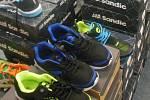 Asi 160 párů sportovních bot, které designem připomínaly obuv značek Solomon a Asics, zajistili královéhradečtí celníci. Ve východních Čechách je v kamenném obchodě nabízela obchodní společnost z Vrchlabí.