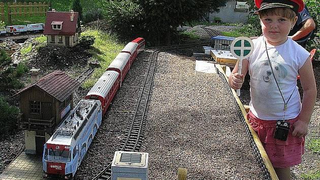 Čtyři různé modely železničních tratí najdou návštěvníci na zahradě jednoho z chlumeckých rodinných domů.