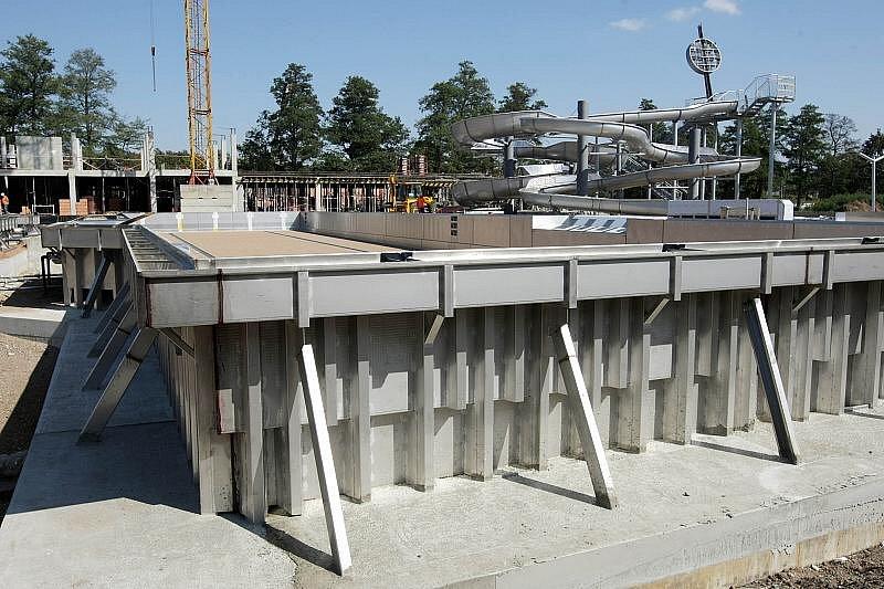 Stavba koupaliště v Hradci Králové, 8. září 2009.