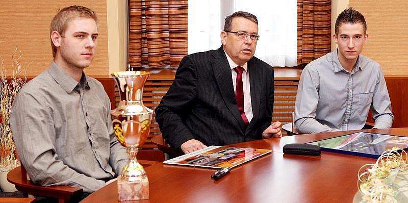 Královehradečští automobiloví závodníci Michal Matějovský  a Josef Král navštívili 5.listopadu sídlo krajského úřadu, kde je přijal hejtman Královéhradeckého kraje Lubomír Franc.