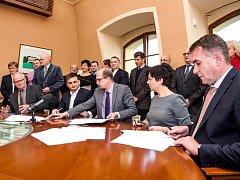 V Hradci byla podepsána krajská koaliční dohoda