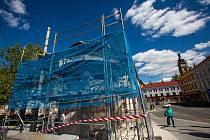 Oprava dalšího Kotěrova kiosku na hradeckém Eliščině nábřeží stojícího na okraji Pražského mostu.