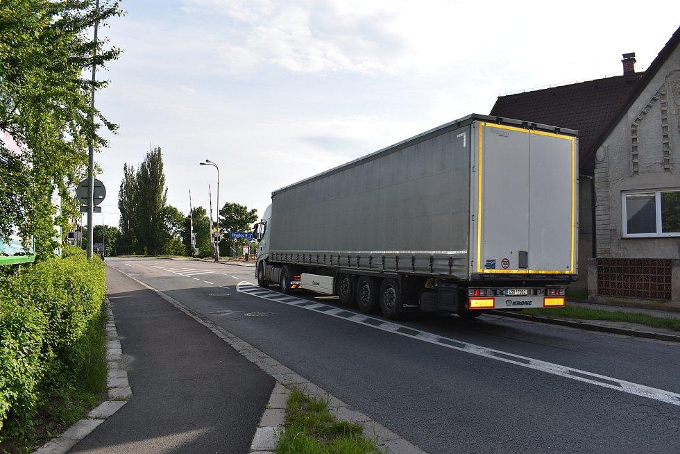 Kamiony komplikují život lidem v Pouchovské ulici.
