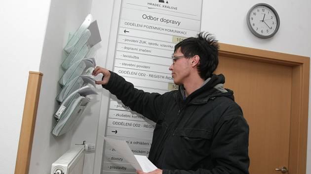 Registr vozidel na odboru dopravy v Hradci Králové.