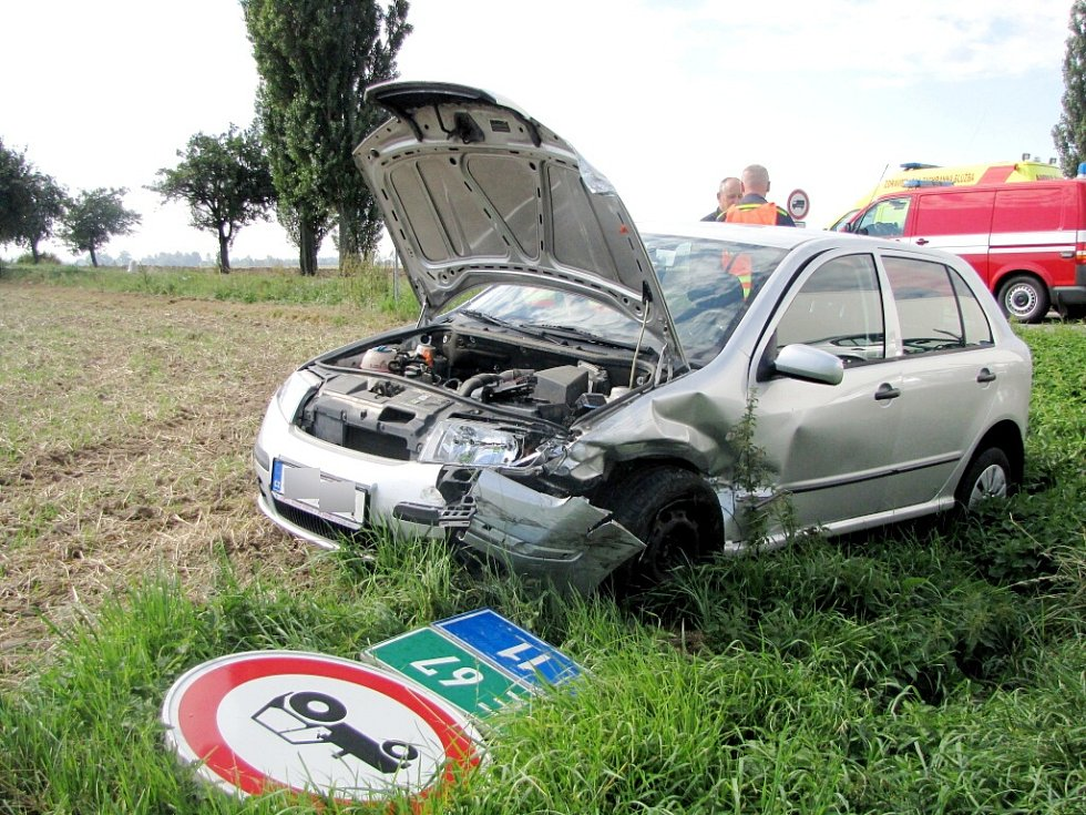 Dopravní nehoda na silnici I/11 u odbočky na Vlčkovice.