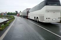 Dopravní nehoda nákladního vozidla a autobusu mezi obcemi Černožice a Holohlavy.