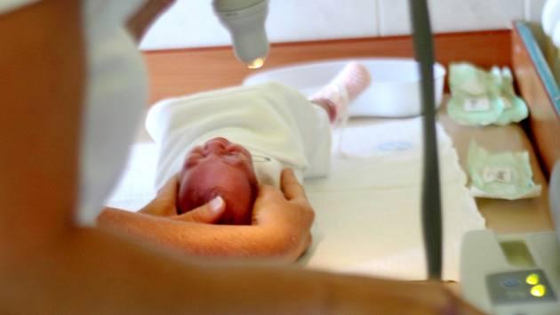 Vyšetření zraku nedonošených novorozenců výrazně usnadňují lékařům nové diagnostické přístroje.