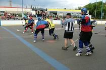 Hokejbalový zápas.