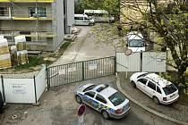 Policejní manévry u ubytovny v hradecké Sušilově ulici.