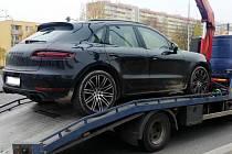 Kradené Porsche naložené na odtahovém vozidle.